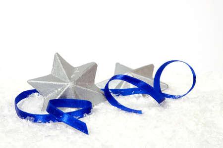 estrellas de navidad: Estrellas de plata con la cinta azul en el fondo blanco