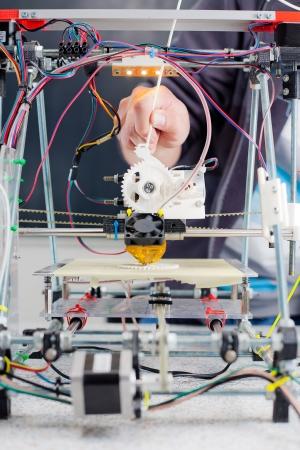 impresora: Electronic tres impresora pl�stica dimensional durante el trabajo en el laboratorio de la escuela. Foto de archivo