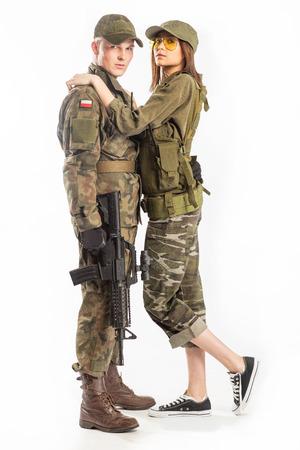 Hombre y mujer en traje de soldado sobre fondo blanco. Foto de archivo