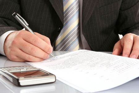 zakenman schrijven op een formulier Stockfoto