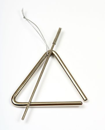 tri�ngulo: Tri�ngulo de metal en el fondo blanco, instrumento musical