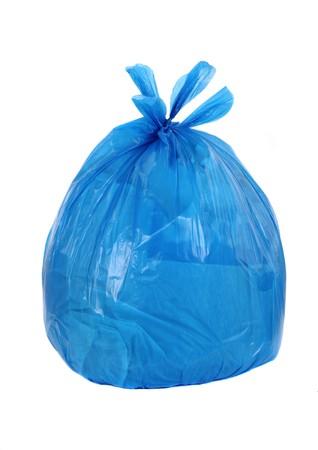 blauwe vuilniszak geïsoleerd op een witte achtergrond  Stockfoto