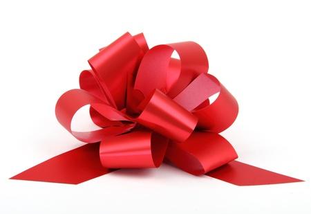 Einzelne rote Band Kunststoff Geschenk Bogen isoliert auf weiß Standard-Bild