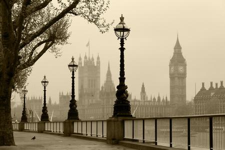 lampposts: Big Ben Casas del Parlamento, Londres en la niebla