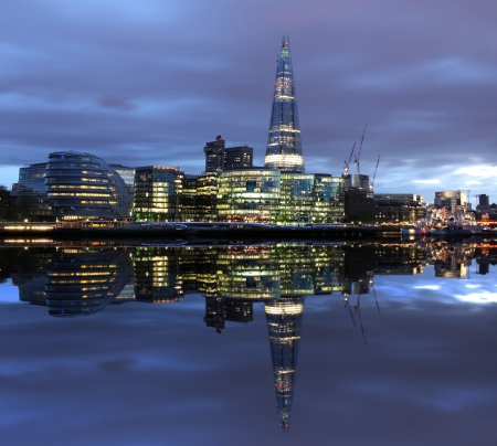 scherbe: New London city hall at night, Panoramablick vom Fluss