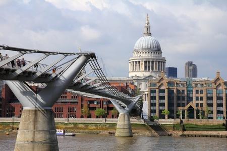 Catedral de San Pablo y el Puente del Milenio en Londres, Gran Breta�a Foto de archivo - 14616930