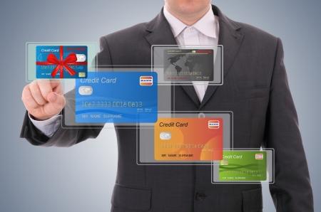 bank overschrijving: zakenman het selecteren van een credit card