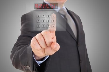 ビジネスマンはセキュリティ アラーム システムのコードを設定します。