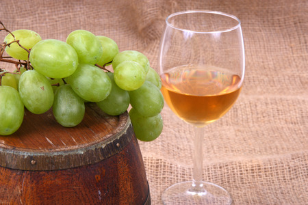wood staves: wooden barrel with glass of wine and grapes