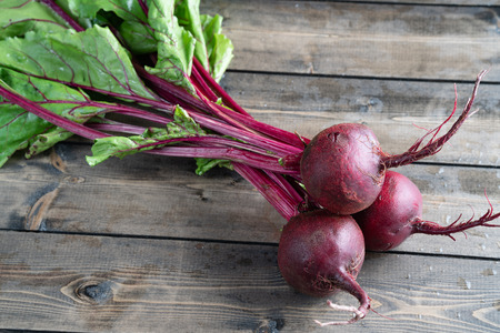 Three beets on wooden table 免版税图像