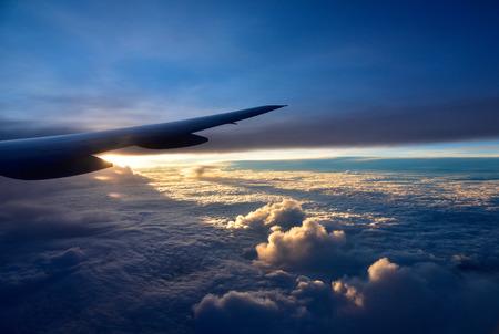 8 月の 2015.Fly は、シンガポールから右翼の旅客機の Houston.View。以下、太陽に照らされた厚い雲。水平方向の表示