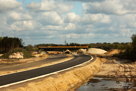 Mening vanaf de bovenkant op wegbouw die door bos leiden Polen in april Horizontale mening.