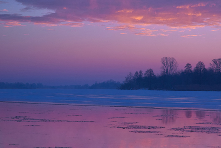 Frosty dawn on the Bug river, purple highlighted sky and reflection in water. January in Poland. Horizontal view Reklamní fotografie - 115728630