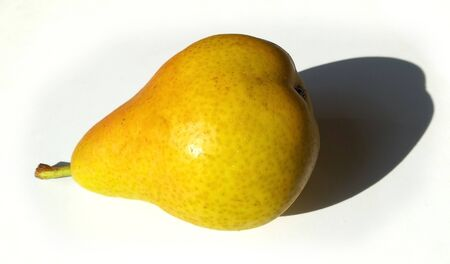 A yellow-reddish pear on white background. Imagens