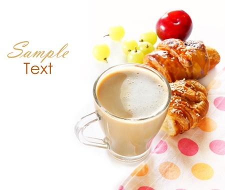 desayuno con café, cruasanes y frutas