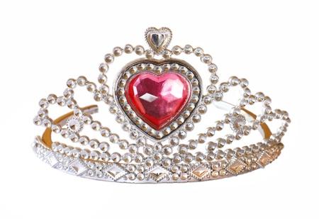 corona reina: Tiara con piedra rosa sobre fondo blanco Foto de archivo