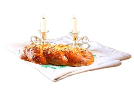 shabat: Sábado imagen jalá pan y candelas en la mesa de madera