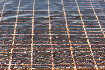 desague: rejilla de ventilación inundado con agua Foto de archivo