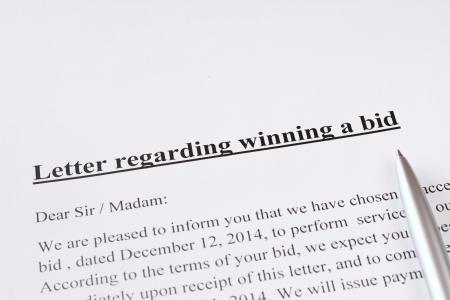 puja: carta con respecto a ganar una licitaci�n o subasta de negocios o el concepto de financiaci�n Foto de archivo