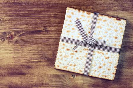 Hintergrund Passah Wein und Matzen jüdische Passah-Brot über hölzerne Hintergrund