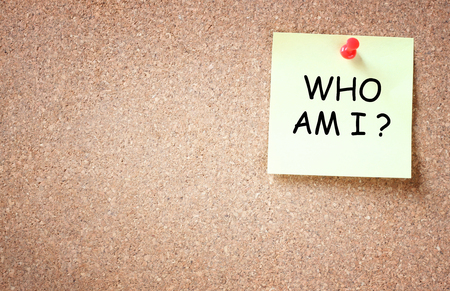 free your mind: sticky note over cork board with the phrase who i am   room for text    Stock Photo
