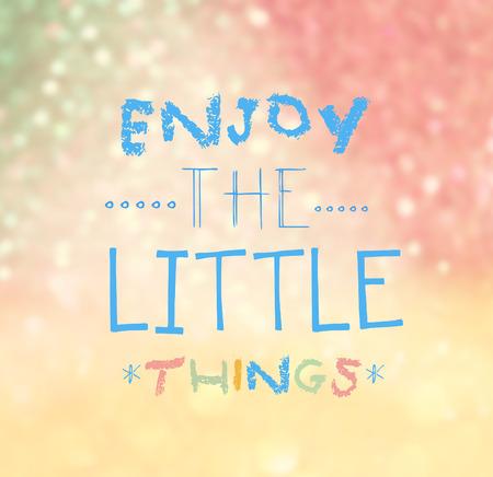 mindfulness: Geniet van de Kleine Dingen Quote Typographical over kleurrijke bokeh achtergrond verlichting