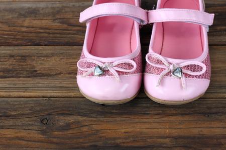 zapatos escolares: zapatos de niña, más baja la cubierta de madera