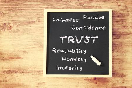 confianza concepto: concepto de fideicomiso escrita en la pizarra Foto de archivo