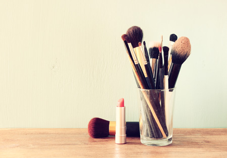 maquillage: pinceaux de maquillage sur la table en bois