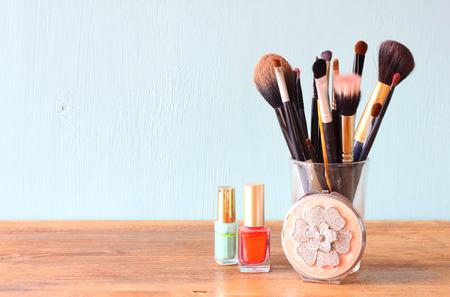 productos de aseo: pinceles de maquillaje sobre la mesa de madera