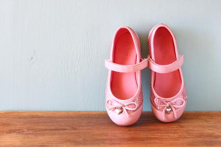 pies bailando: zapatos de ni�a m�s baja cubierta de madera