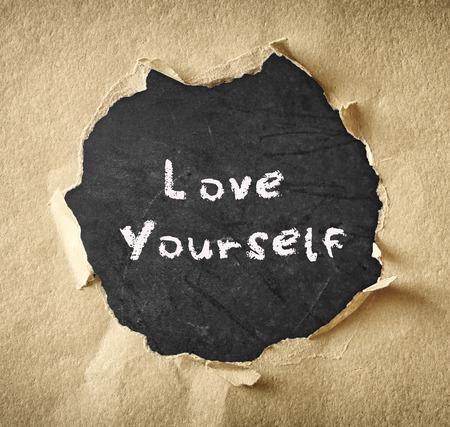 zelf doen: de uitdrukking van jezelf geschreven op krijtbord via gescheurd papier