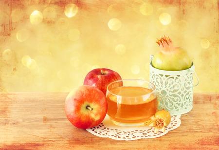 rituales: concepto hashanah del rosh - miel de manzana y granada sobre la mesa de madera Foto de archivo