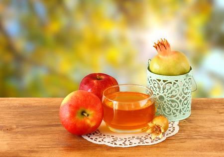 Rosch Haschana Konzept - Apfel Honig und Granatapfel über Holztisch