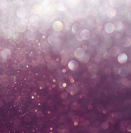 반짝이 빈티지 조명 배경 흰색과 활 defocused 보라색