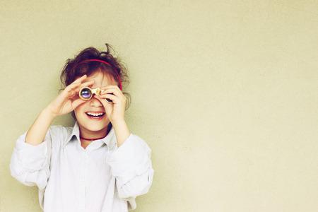 Cabrito feliz que juega con binoculares Foto de archivo - 30604415