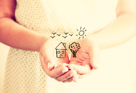 imaginacion: Detalle de joven manos extendidas en forma de copa con bocetos de la casa del �rbol y los p�jaros