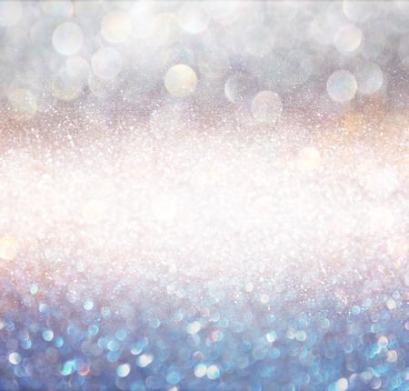 Światła: bokeh światła tła z wielu warstw i kolory biały i niebieski srebrny