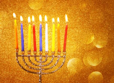hanoukia: f�te juive de Hanoukka fond avec menorah chandelles allum�es plus d'or noir glitter background Banque d'images