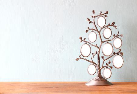 arbol geneal�gico: Imagen de la antig�edad de la vendimia marco cl�sico de �rbol en mesa de madera