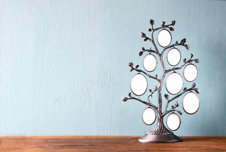 arbol genealógico: Imagen de la antigüedad de la vendimia marco clásico de árbol en mesa de madera