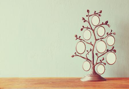 나무 테이블에 가족 나무의 골동품 빈티지 클래식 프레임의 이미지