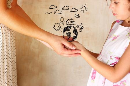 Foto von Mutter und Kind, die Hände und die eine bessere Welt Konzept mit Infografiken Set. Schutz und Bildungskonzept