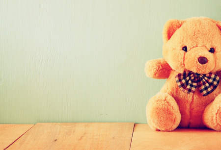 juguetes antiguos: oso de peluche en mesa de madera