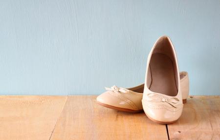 zapatos escolares: zapatos de niña, más de suelo de la cubierta de madera.