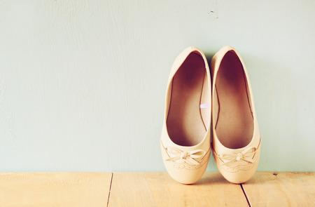 pies bailando: zapatos de niña, más de suelo de la cubierta de madera. imagen filtrada
