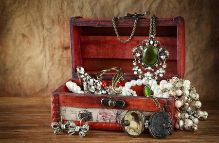 tronco: Una colecci�n de joyer�a de la vendimia en la antigua caja de madera joyas Foto de archivo