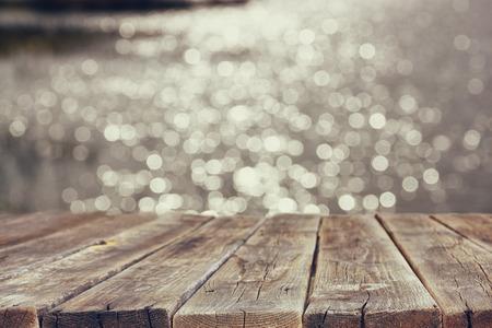 jezior: tabeli drewna deska przed krajobraz letnich musującego wody jeziora. tło jest rozmyte