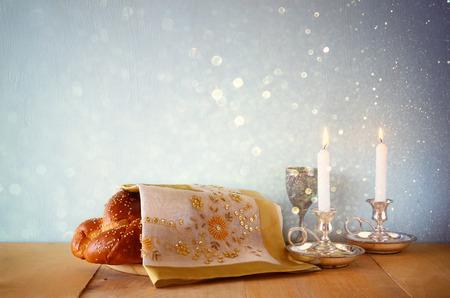 安息日のイメージ。カラ パンと木製のテーブルにカンデラ