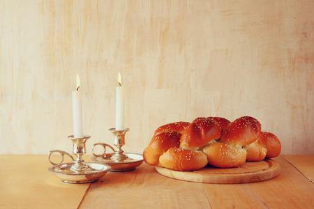 shabat: Imagen sábado. pan jalá y candelas en mesa de madera